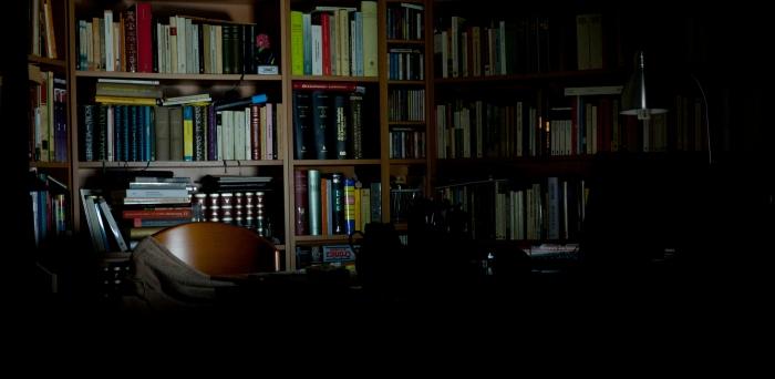 Los libros, la silla, la manta… el silencio y la soledad.
